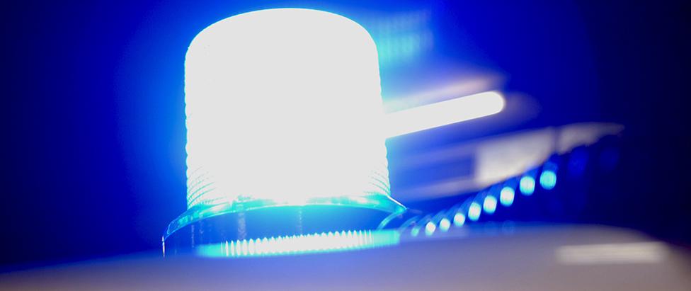 Das Bild zeigt das Blaulicht an einem zivilen Polizeifahrzeug
